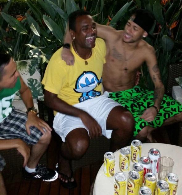 Kleber Pereira abraçado com Neymar Jr.
