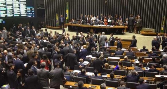 Plenário da Câmara discute PEC da Bengala (Foto: Fernanda Cagaro / G1).