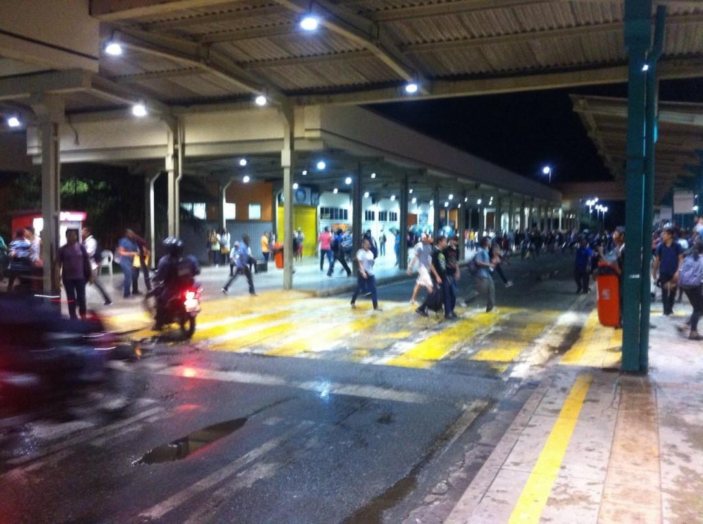 Alunos de escolas públicas durante protesto no Terminal de Integração (foto: Hilton Franco).