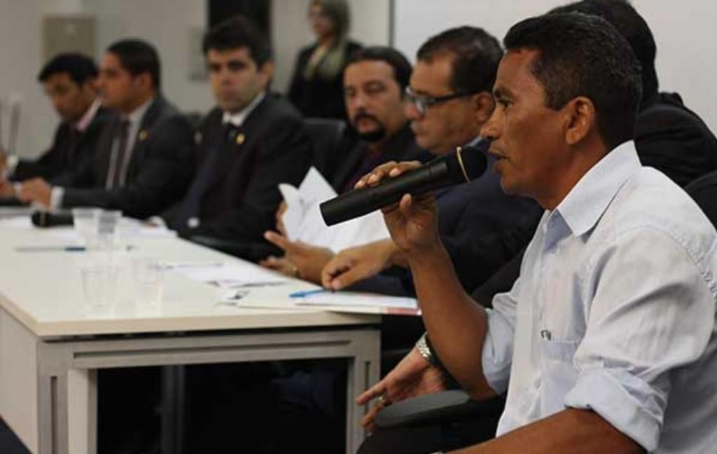 Deputados durante reunião.