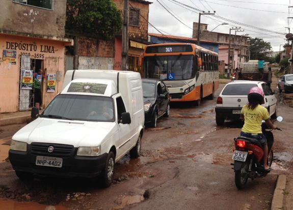 Por causa dos buracos, os engarrafamentos são constantes na avenida.. Foto: Heider Matos/Imirante.com.