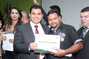 Prefeito Eric Costa com um dos novos servidores, Valmir Nascimento