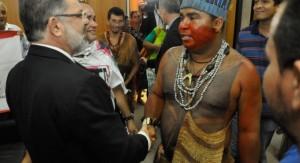 Foto ilustração - Índio Guajajara com político na Assembleia Legislativa do MA