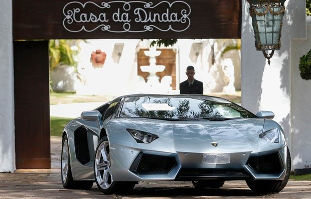 Lamborghini foi levada por políciais federais da Casa da Dinda para a superintendência da PF, em Brasília. (Foto: Pedro Ladeira/Folhapress)