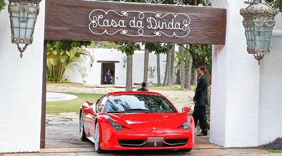 Ferrari apreendida na casa de Collor, em Brasília. (Foto: Pedro Ladeira/Folhapress)