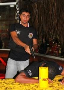 Jhonatan Silva durante reconstituição da morte de Décio Sá