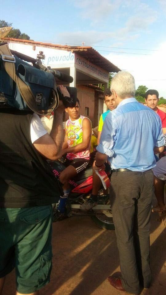 Caco Barcellos durante gravação do Profissão Repórter em Marajá do Sena