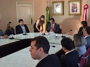 Felipe Camarão ao lado do governador Flávio Dino durante reunião de posse