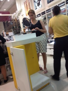 Deputada Valéria Macedo comprando produtos de beleza