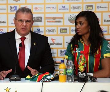 Iziane e Sérgio Fronta durante coletiva de imprensa