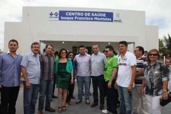 Autoridades reunidas no dia da inauguração do centro de saúde