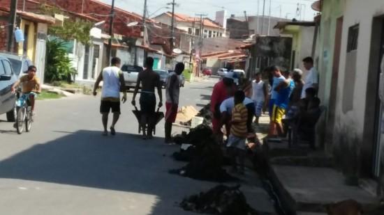 Moradores da Liberdade limpando as ruas