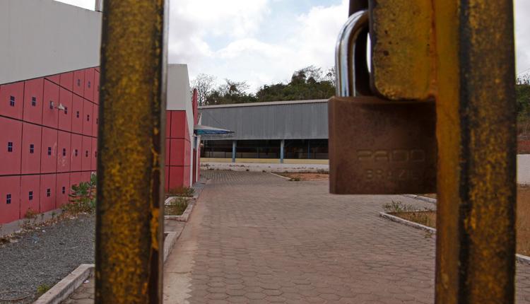 Portões da UEB fechados.