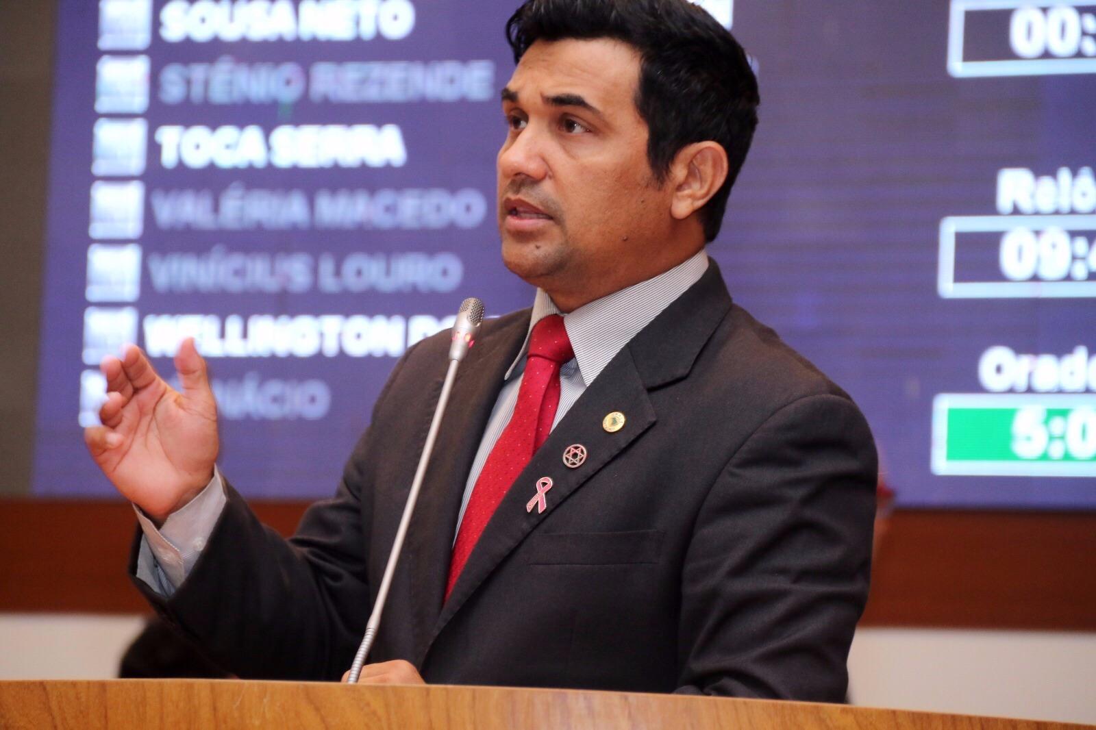 Deputado durante discurso na Assembleia.