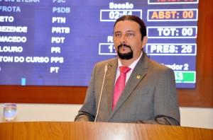 Deputado Júnior Verde durante pronunciamento.