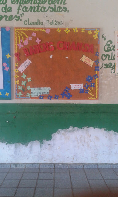Mural com a palavra criança escrita errada.