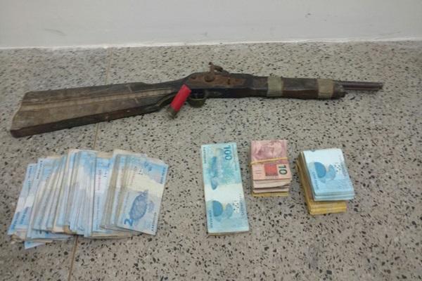 Arma e dinheiro apreendidos em Timon, pela Polícia Federal.