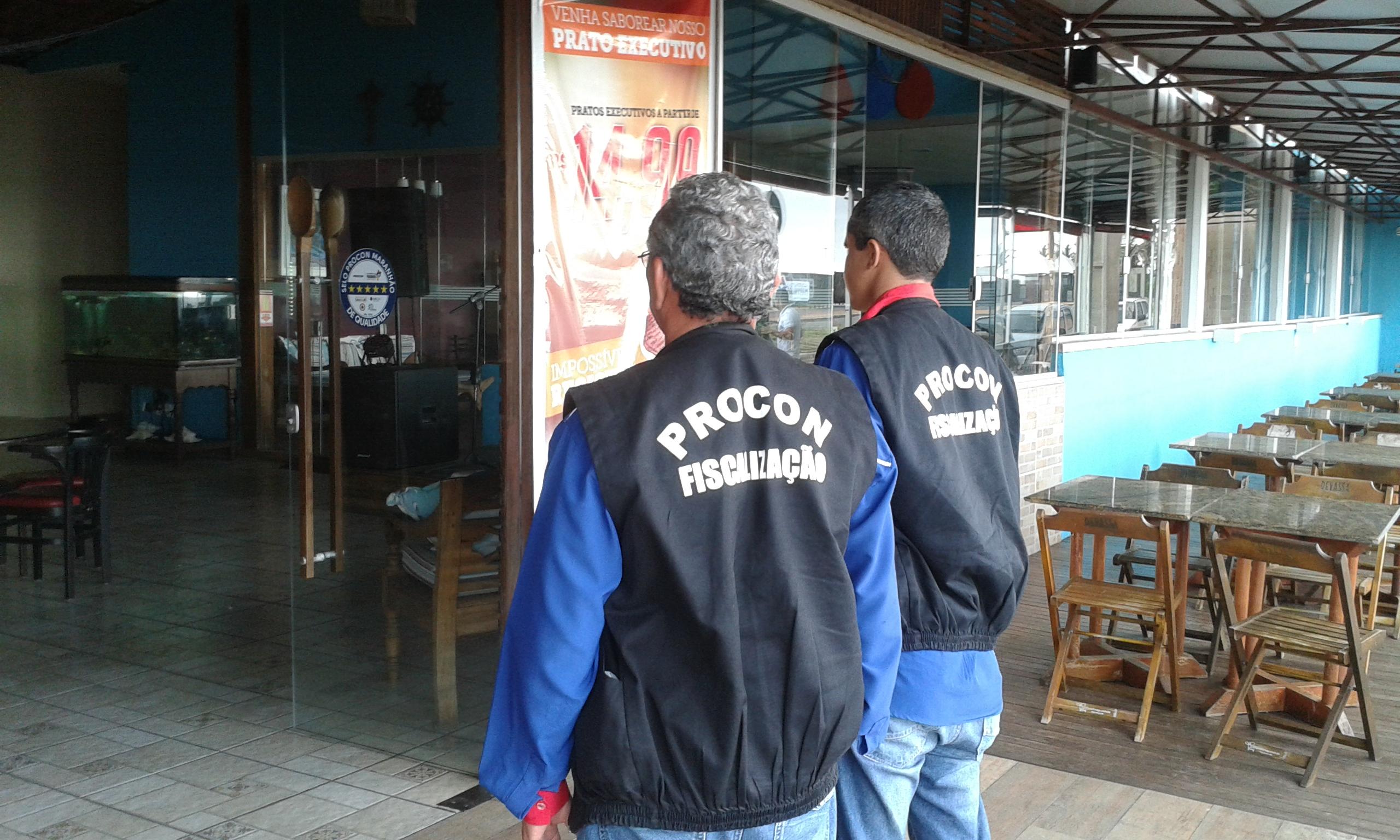 FOTO 2 - Equipe de fiscalização do PROCON vistoriando bares e restaurantes
