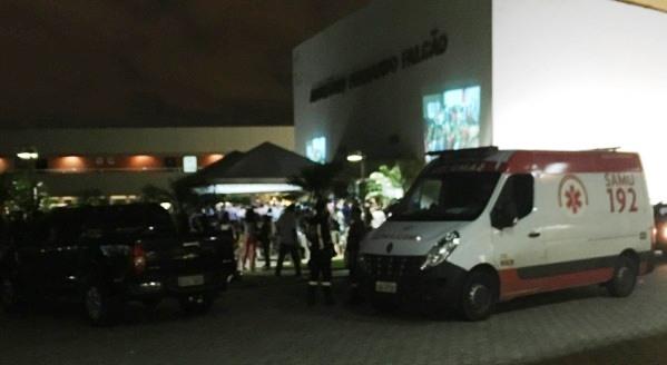 Ambulância a serviço de um ato político do prefeito da capital. (foto: Blog do Neto Ferreira)