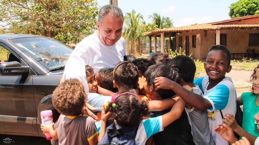 foto-1_luis-fernando-recebido-pelas-criancas-na-zona-rural