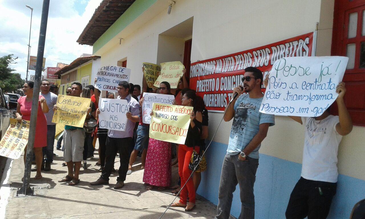 Foto 1- concursados realizam manifestação