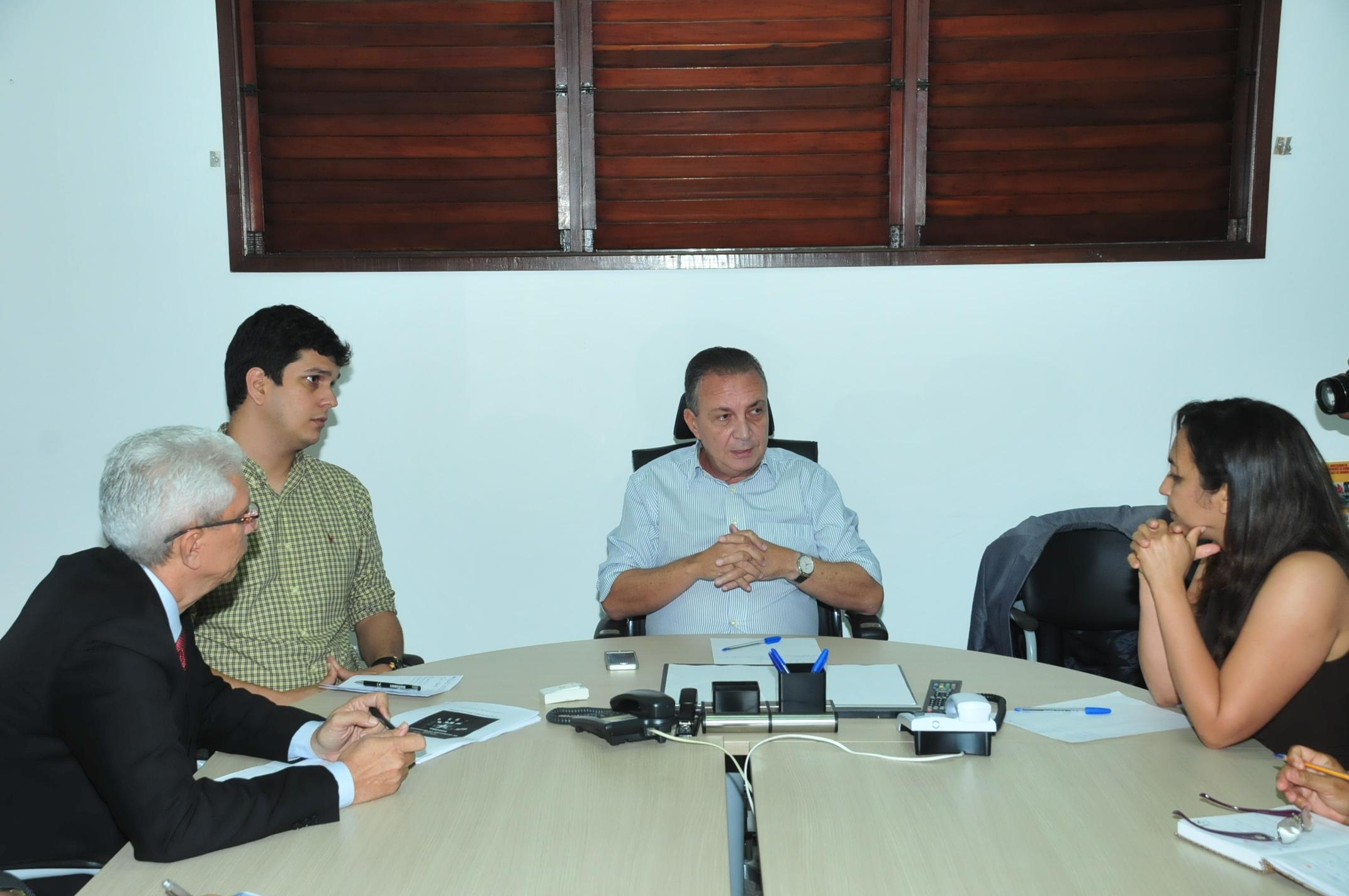 Luis Fernando durante conversa com a comissão