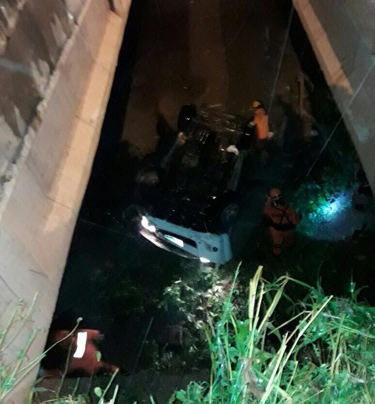 Veículo no córrego que fica na Via Expressa. (Foto: Thalyta Fróes)