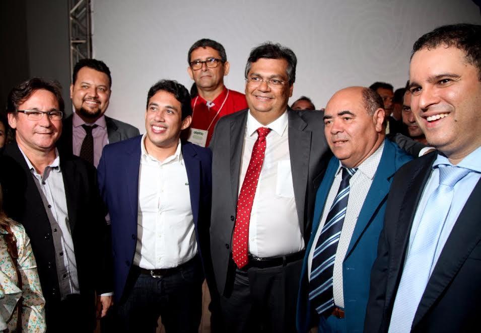 Astro de Ogum ladeado pelo governador Flávio Dino, pelo prefeito Edivaldo Holanda Junior e outros participantes do encontro.