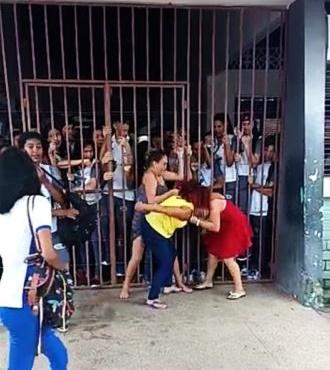 Mães-de-alunos-brigando-dentro-de-escola-1-e1496501992678