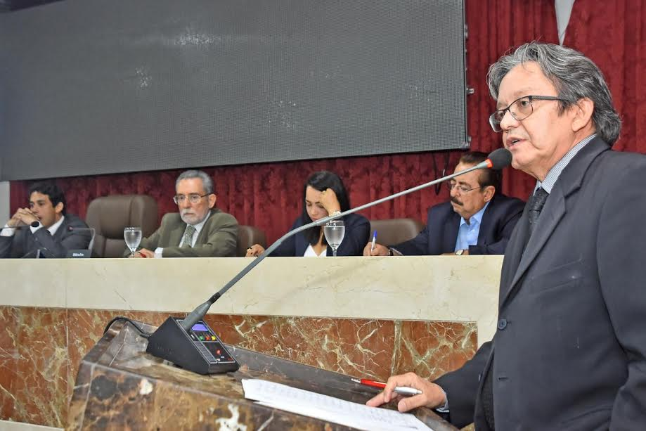 Vereador Gutemberg Araújo, presidente da Comissão de Orçamento, conduziu direção dos trabalhos da audiência.