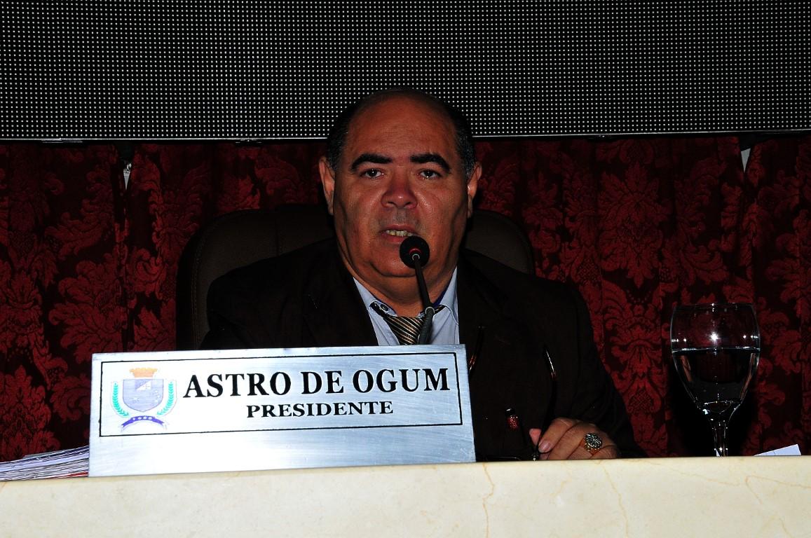 Astro de Ogum anuncia a comissão parlamentar para atuar durante o recesso da Câmara Municipal.