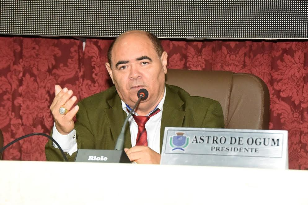 Astro de Ogum busca restabelecer a paz entre Honorato Fernandes e Beto Castro.