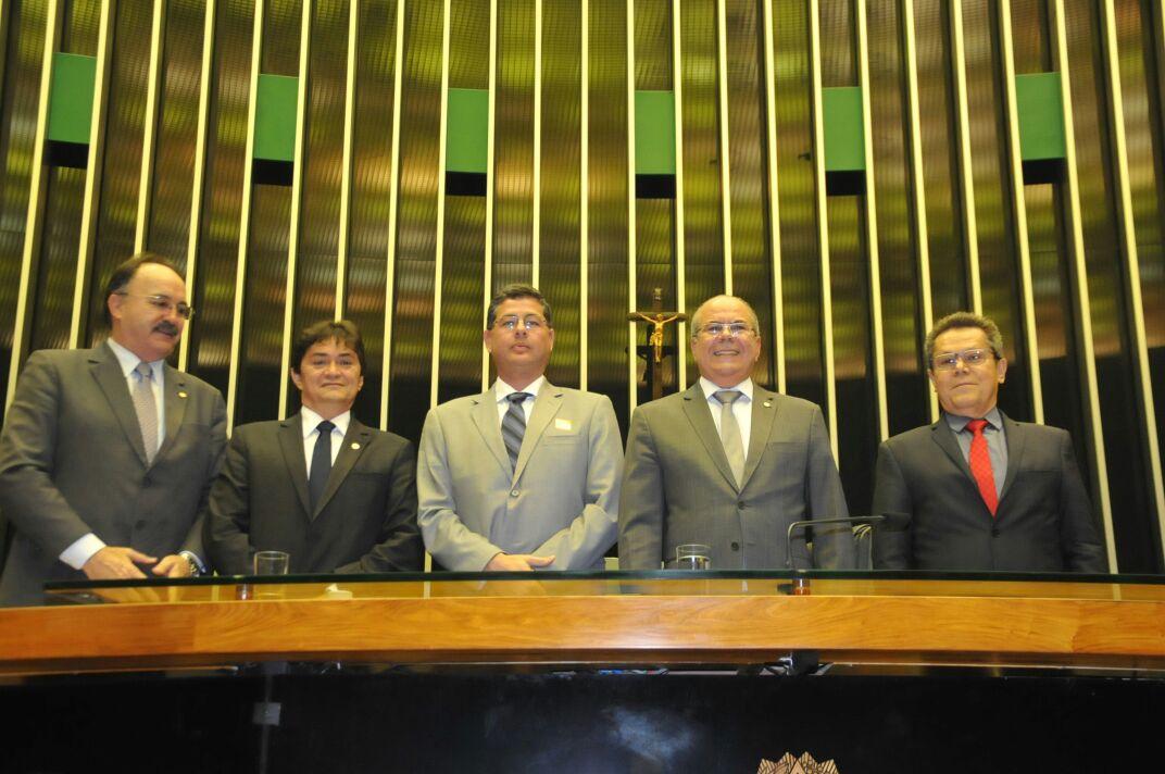 Deputados Léo Cunha e Hildo Rocha com diretores do Hospital Aldenora Bello durante sessão em homenagem a Fundação Antonio Dino