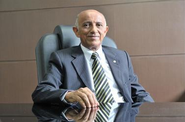 """Sentado no """"trono"""", Edilson Baldez se """"perpetua"""" no cargo de presidente da Fiema há mais de dez anos (Foto: Reprodução)"""